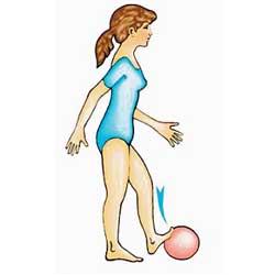 Натиск върху гумена топка с пръстите на краката